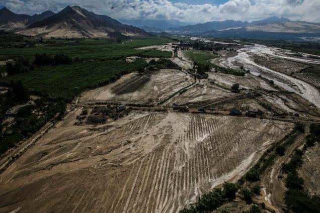 Presidente Kuczynski recorre zonas afectadas por lluvias e inund